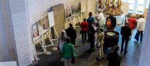 """Ausstellung """"Das Prinzip Apfelbaum. 11 Persönlichkeiten zur Frage 'Was bleibt?'"""" in Kiel eröffnet"""