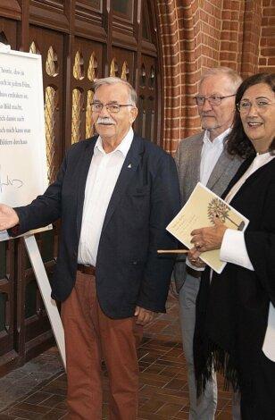 """Großer Besucherandrang: Ausstellung """"Das Prinzip Apfelbaum. 11 Persönlichkeiten zur Frage 'Was bleibt?'"""" in St. Nicolai Lüneburg eröffnet"""