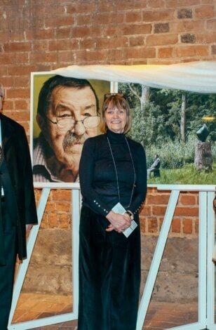 """Großer Besucherandrang: Ausstellung """"Das Prinzip Apfelbaum. 11 Persönlichkeiten zur Frage 'Was bleibt?'"""" in Hannover eröffnet"""